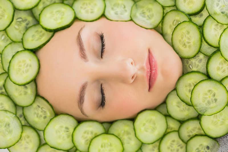 Balinančios, maitinančios ir poras sutraukiančios veido kaukės su agurkais